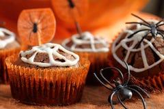 De cake van de chocolademuffin met spinneweb op Halloween-dag Stock Fotografie