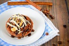De Cake van de chocoladenoot op Uitstekende Retro Bosrijk Stock Afbeelding