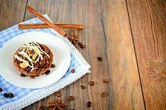 De Cake van de chocoladenoot op Uitstekende Retro Bosrijk Royalty-vrije Stock Afbeelding