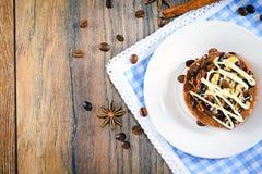 De Cake van de chocoladenoot op Uitstekende Retro Bosrijk Stock Foto
