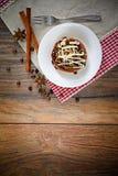 De Cake van de chocoladenoot op Uitstekende Retro Bosrijk Stock Foto's