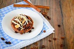 De Cake van de chocoladenoot op Uitstekende Retro Bosrijk Royalty-vrije Stock Foto