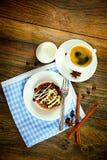 De Cake van de chocoladenoot op Uitstekende Retro Bosrijk Royalty-vrije Stock Foto's