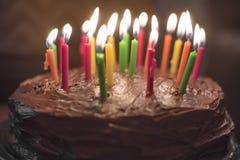 De cake van de chocoladeverjaardag met kaarsen wordt geïsoleerd die Royalty-vrije Stock Foto