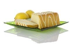 De cake van de citroen op glasplaat, citroenen op achtergrond Stock Foto