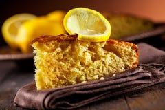De Cake van de citroen op houten lijst Stock Foto