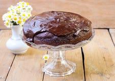 De cake van de courgettechocolade met chocoladeglans Royalty-vrije Stock Foto's