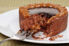 De cake van de de toffeekaramel van de chocolade op een vork Royalty-vrije Stock Afbeeldingen