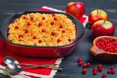 De cake van de dessertkruimeltaart met appelen en rode bessen Stock Foto