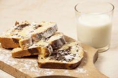 De cake van de kastanje met melk stock foto's