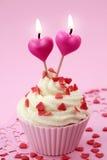 De cake van de kop met hartkaarsen Stock Foto