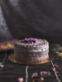De cake van de lavendelbes stock foto's