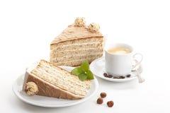 De cake van de noot met geïsoleerdep koffie stock afbeelding