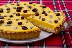 De cake van de Reeksenparagraaf van Suiparahalloween op witte schotel met caro Ta Stock Foto