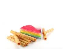 De cake van de regenbooglaag en aardbeibroodje Stock Afbeeldingen