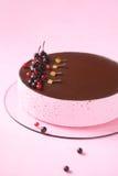 De Cake van de rode aalbessoufflé met chocoladeglans Royalty-vrije Stock Afbeelding