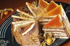 De Cake van de room die met de Draden van de Karamel wordt verfraaid royalty-vrije stock foto