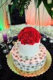 De Cake van de Room van het huwelijk met roze decoratie royalty-vrije stock foto's