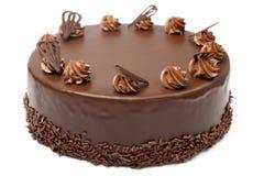 De cake van de roomchocolade met suikerglazuur op witte achtergrond Stock Afbeeldingen