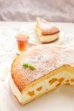 De Cake van de roomkaasperzik Stock Fotografie