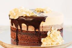 De cake van de roommousse met chocolade Stock Afbeeldingen