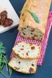 De cake van de snack met tomaten en olijven Royalty-vrije Stock Afbeeldingen