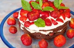 De cake van de Traditionelmidzomer in Zweden, aardbei en room. Stock Foto's
