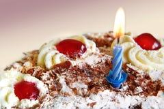 De cake van de verjaardag met blauwe kaars Stock Foto