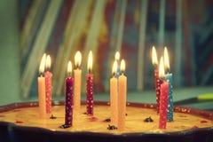 De cake van de verjaardag met het branden van kaarsen Royalty-vrije Stock Afbeeldingen