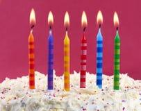 De cake van de verjaardag met kaarsen Stock Afbeeldingen