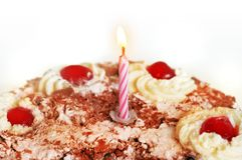 De cake van de verjaardag over wit Stock Foto