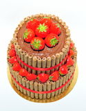 De cake van de verjaardagschocolade met verse aardbeien wordt verfraaid die Stock Foto's