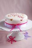 De cake van de viering die met hand het schilderen wordt verfraaid Stock Foto's