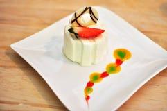 De Cake van de yoghurtaardbei Stock Fotografie