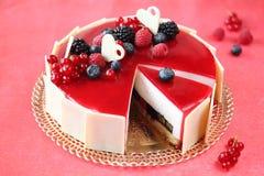 De Cake van de zomerbessen met Kokosnotenmousse Stock Afbeeldingen