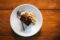 De cake van de hazelnootchocolade over de bruine houten raad royalty-vrije stock foto's