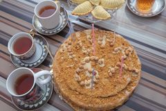 De cake van de hazelnootmelk Heerlijke cakes met hazelnoot op houten glaslijst Zwarte thee in glaskop op de lijst De thee van Aze stock foto's