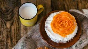 De cake van de de herfstwortel met boterroom stock foto's