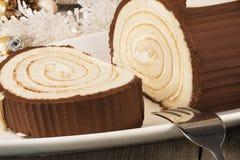 De cake van het chocolade yule logboek met Kerstmisdecoratie op houten lijst worden geschikt die royalty-vrije stock afbeelding