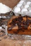 De cake van het chocoladeschilferpond met bakselingrediënten Stock Afbeeldingen