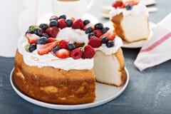De cake van het engelenvoedsel met room en bessen stock afbeelding