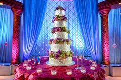 De cake van het huwelijk bij Indisch huwelijk Stock Afbeeldingen