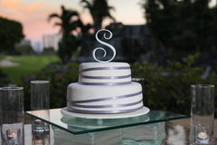 De cake van het huwelijk bij zonsondergang Stock Foto's