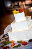 De cake van het huwelijk die met een de herfstthema wordt verfraaid royalty-vrije stock foto's