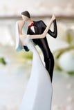 De cake van het huwelijk en topper Stock Foto