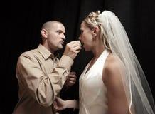 De cake van het huwelijk het voeden stock foto