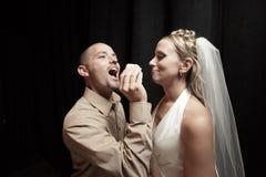 De cake van het huwelijk het voeden stock afbeelding