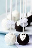 De cake van het huwelijk knalt stock foto's