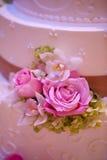 De cake van het huwelijk met bloemen Royalty-vrije Stock Afbeelding