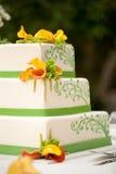 De cake van het huwelijk met bloemen stock fotografie